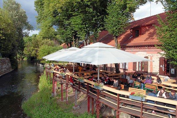 בית קפה על שפת הנהר באוזופיס | צילום: InnaFelker Shutterstock.com