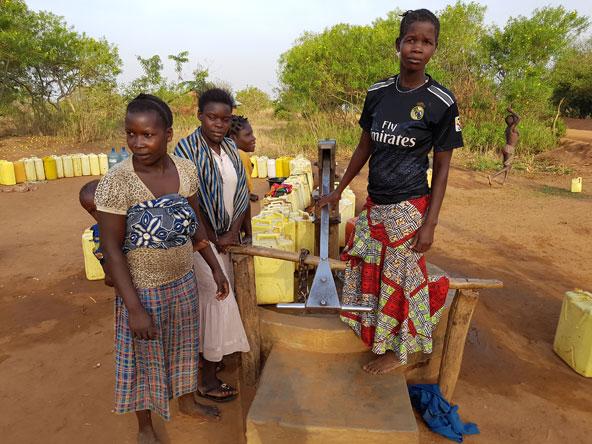 נשים נאספות לצד משאבת המים