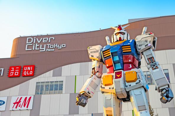 גנדהם, רובוט ענק עטור קרניים שניצב ליד הכלבו דייבר סיטי