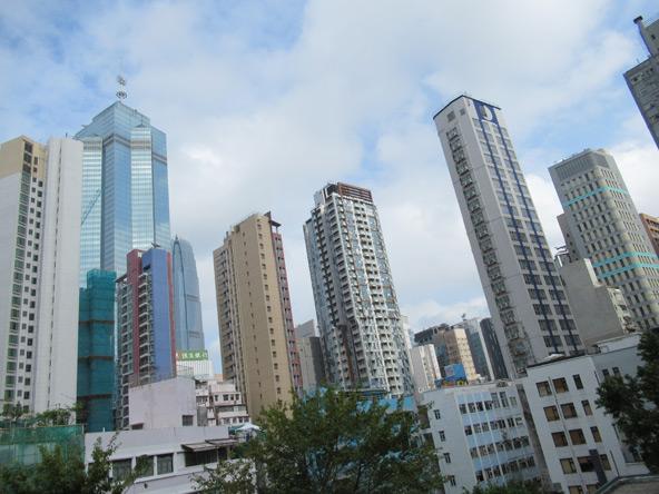 גורדי השחקים של האי הונג קונג מיתמרים מעל בניינים נמוכים בשכונות המסורתיות
