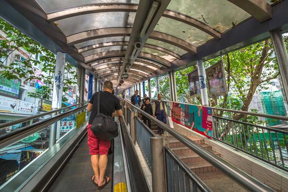 המדרגות הנעות, mid level escalator, פועלות רוב שעות היום רק למעלה. את הירידה הולכים ברגל