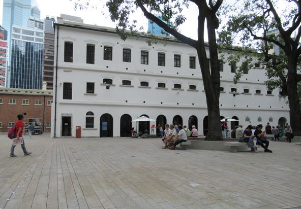 חצר בית הסוהר ואחד מאגפיו. העבר האפל של המקום מוסיף עומק לביקור ב-Tai Kwun