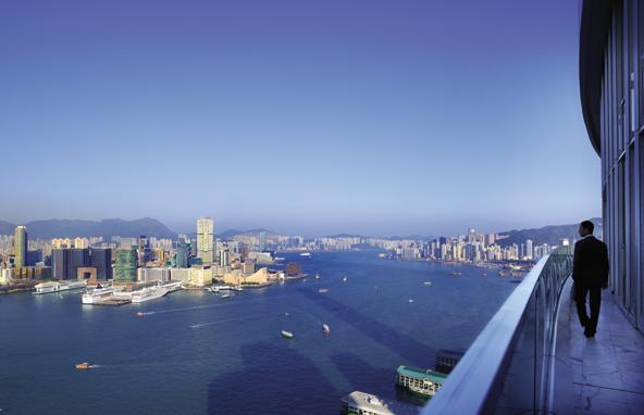 ואם הנוף מהחדר לא הספיק, זה הנוף שנשקף ממרפסת לאונג' העסקים בקומה ה-45 במלון ארבע העונות   צילום: Ken Seet, באדיבות Four Season Hotel HK
