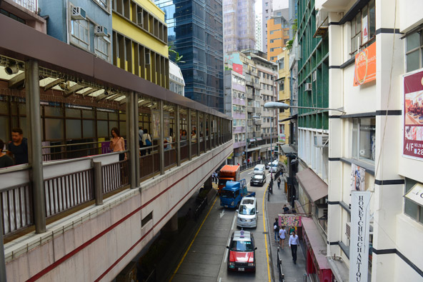 הגשרים המקורים של אזור הסנטרל מתגברים על הפרשי הגובה של הרחובות ומגנים על הולכי הרגל מהגשם