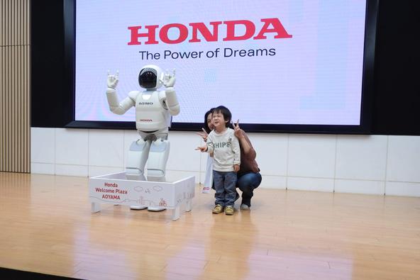 אסימו, אחד מהרובוטים דמויי אדם הראשונים בעולם | צילום: עמי בן בסט