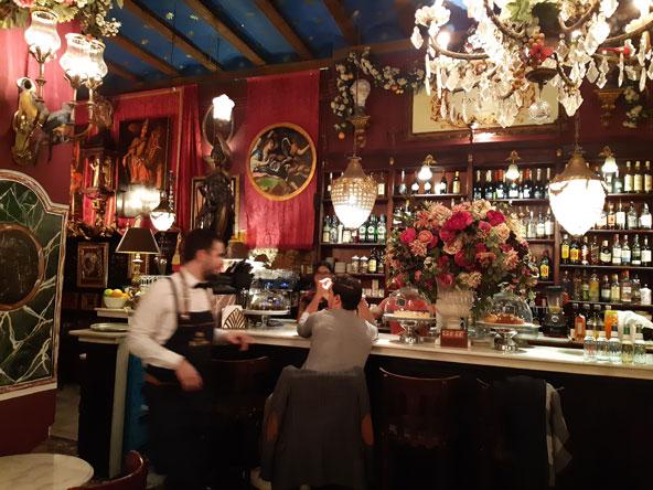 קפה דה לאס הוראס. מומלץ להיכנס ולו רק בשל התפאורה הבארוקית האקסטרווגנטית