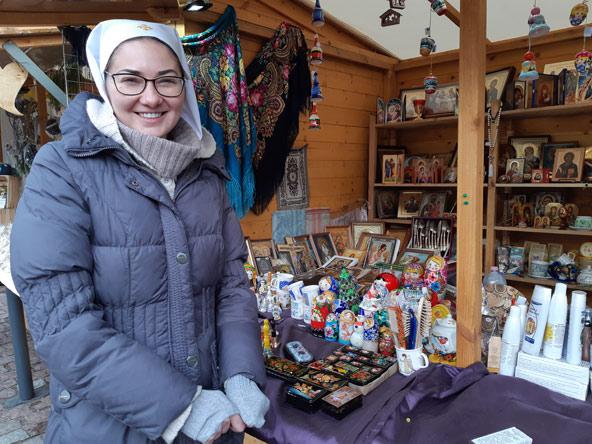 הנזירה קתרינה מבלרוס בשוק חג המולד בוורשה