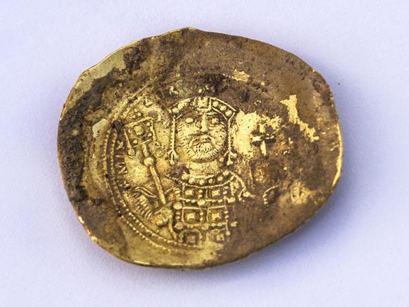 מטבע זהב של מיכאל השביעי דוקאס, קיסר ביזנטיון | צילום: יניב ברמן, באדיבות החברה לפיתוח קיסריה