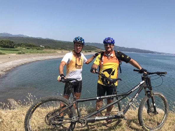 דודי וראובן (הכותב, משמאל) עם אופני הטנדם