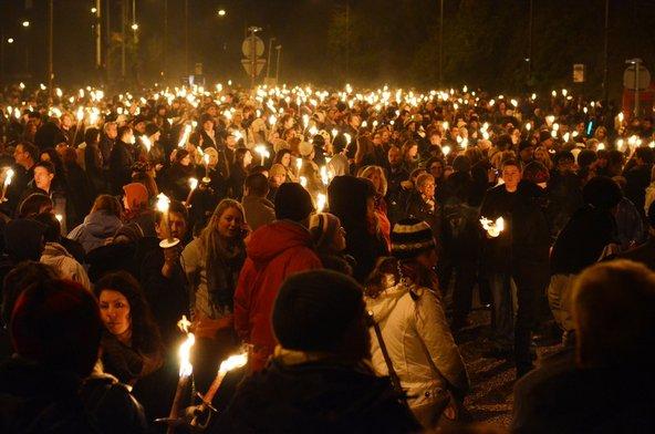 תהלוכת לפידים המונית באדינבורו | צילום: Brendan Howard / Shutterstock.com