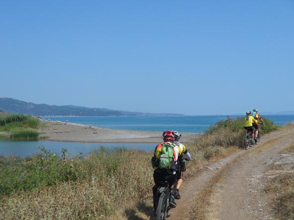 רוכבים בשביל לאורך הים
