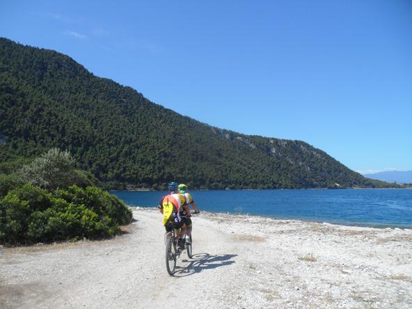 """אופני טנדם - שני הרוכבים מדוושים אבל רק הראשון, """"הקפטן"""", רואה את הדרך"""