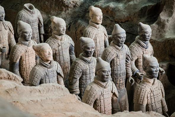 חיילי טרה קוטה שאיתם נקבר צ'ין שה חואנג-די, הקיסר הראשון של סין. הוא זה שחיבר את החומות בצפון סין