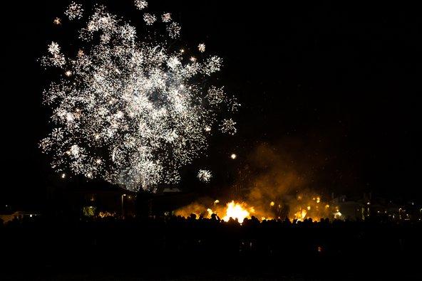 מדורות המוניות וזיקוקים באיסלנד בערב השנה החדשה   צילומים: שאטרסטוק