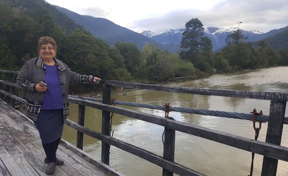 סבתא זפתא - איסבל על גשר החוצה את הנהר ליד ביתה