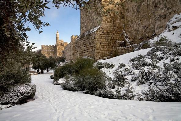 חומות העיר העתיקה ומגדל דוד בחורף