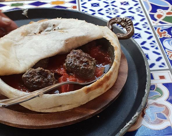 במסעדת גרדן במושבה הגרמנית. חגיגות תמיד הולכות יחד עם אוכל טעים | צילום: יעל עופר