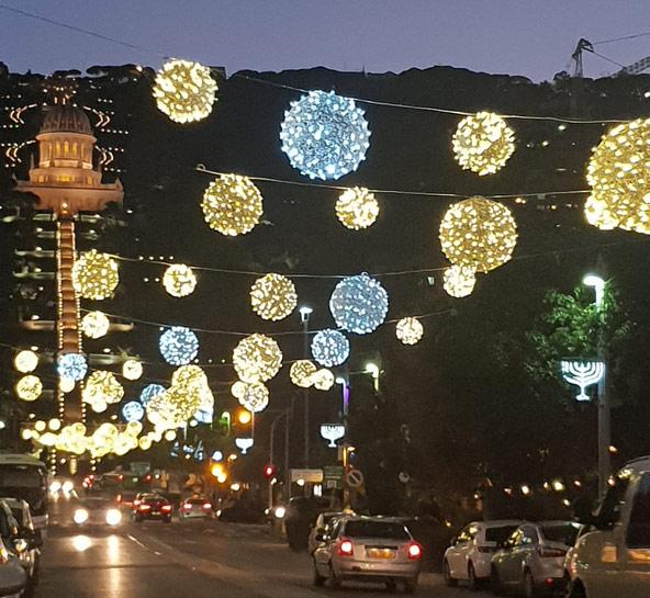 רחובות המושבה הגרמנית מוארים בכדורי אור צבעוניים לקראת החג של החגים | צילום: יעל עופר