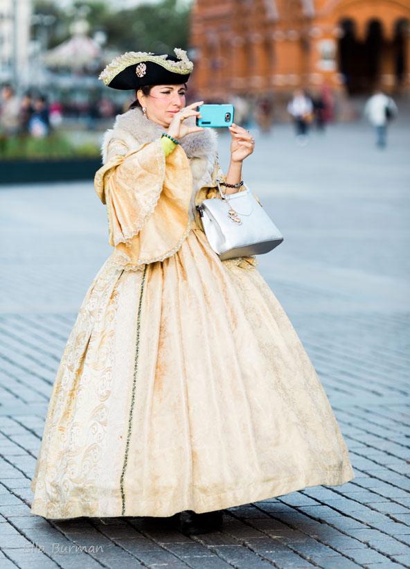 שחקנית רחוב בכיכר מנז'