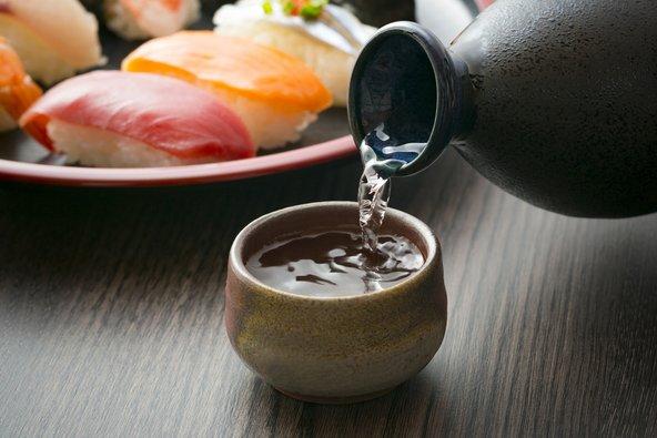 את הסאקה מוזגים מתוך בקבוקוני קרמיקה המכונים טוקורי