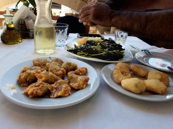 פותחים שולחן בטברנה יוונית. בקנקן - רצינה, בהחלט טעם נרכש