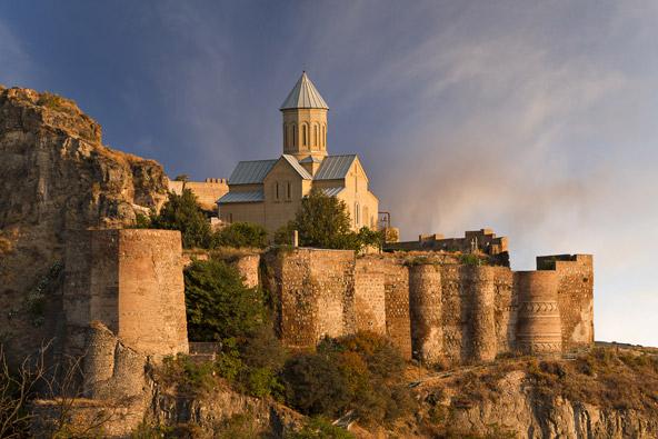 מצודת נריקלה הממוקמת בראש גבעה ומשקיפה על העיר