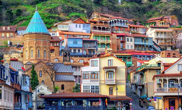 בתים צבעוניים בעיר העתיקה של טביליסי