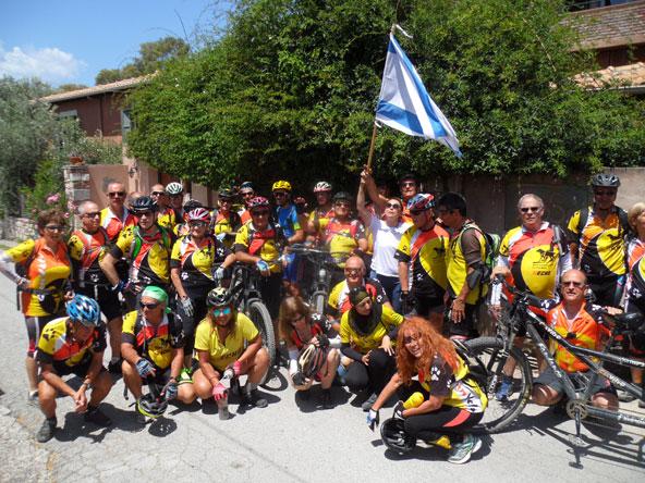 """מי ומי ברוכבים? צילום קבוצתי של """"כן ולא"""" בסיום שבוע הרכיבה באוויה"""