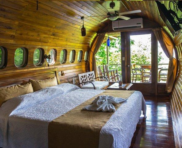 הסוויטה במטוס - חיפוי מעץ טיק, רהיטים מעוצבים ונוף לג'ונגל