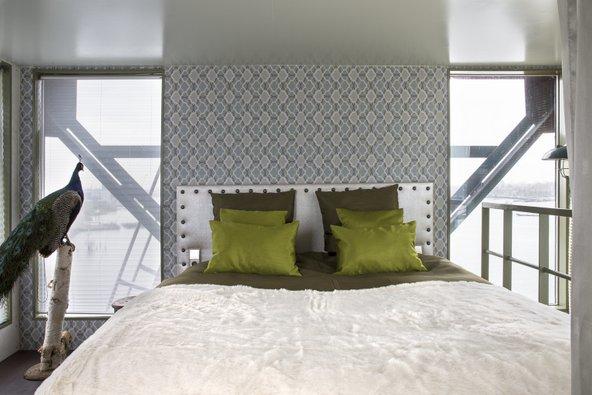 סוויטה במלון Crane. נוף לעיר ופוחלץ של טווס ליד המיטה   צילום: Denise Keus