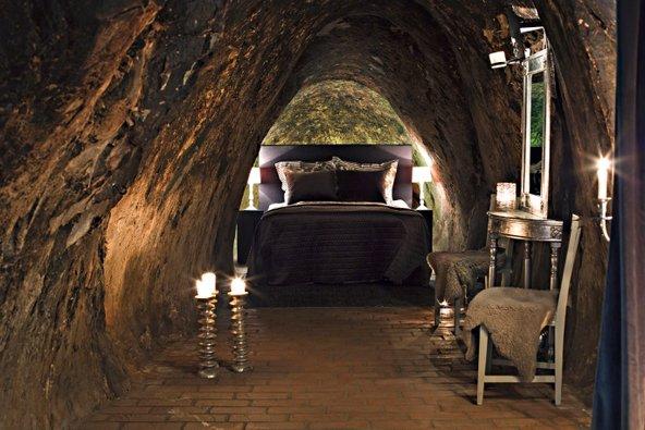 עמוק באדמה: חדר אפלולי וצונן ב-Sala Silvermine   צילום Maria Andersson, באדיבות Sala Silvermine