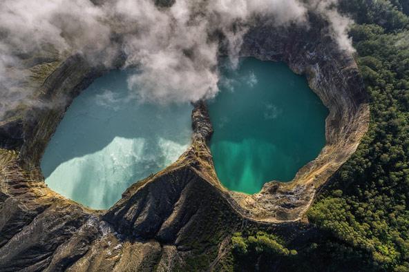 שניים מתוך שלושת האגמים בלוע של הר הגעש קלימוטו