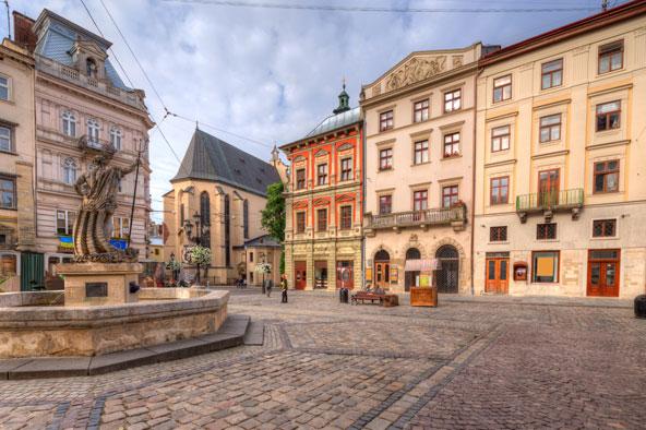 כיכר השוק בעיר העתיקה של לבוב