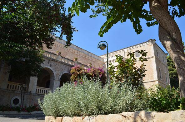 גן המנזר. סטודנטים נהגו לשכור אולם במנזר כדי לחגוג את חתונתם