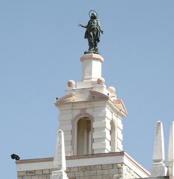 פסל הברונזה של הבתולה הקדושה במרומי בניין טרה סנטה