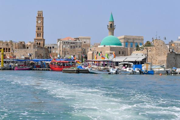"""מבט מהים אל נמל הדייגים של עכו. אכסניית אנ""""א עכו במרחק קצרצר מכל אתרי העיר העתיקה"""