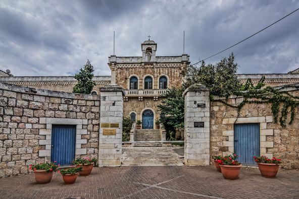 מנזר רטיסבון בירושלים. כאן חגגו חנה ומיכאל את חתונתם בספר