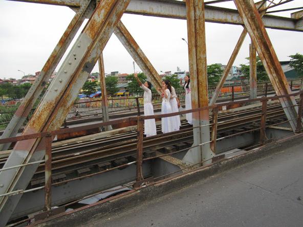 לפני החתונה עוצרים לסלפי: שושבינות מצטלמות על גשר הרכבת בכניסה לעיר העתיקה