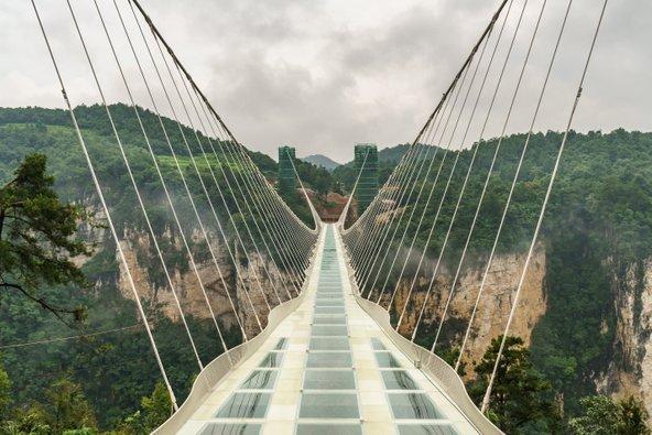 גשר הזכוכית ב-Zhangjiajie שבסין   צילום: Anges van der Logt / Shutterstock.com