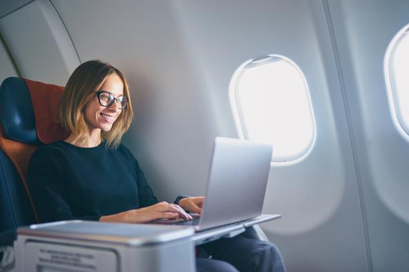מחלקות עסקים בטיסות סדירות מאפשרות לעבוד ולישון בנוחות לפני יום עבודה שמתחיל עם הנחיתה