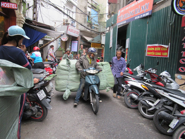 רחוב בעיר העתיקה. מכוניות, טוסטוסים, אופניים והולכי רגל, כולם מנסים לנווט בסמטאות הצרות