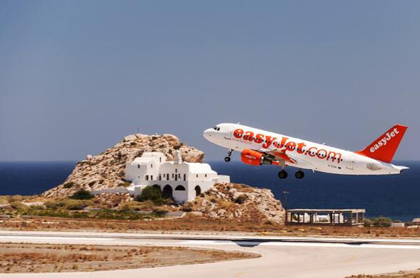 מטוס של איזי ג'ט ממריא מהאי סנטוריני. למרות הטיסה הזולה, המטוסים של חברות הלואו קוסט הגדולות הם בני שנים אחדות בלבד