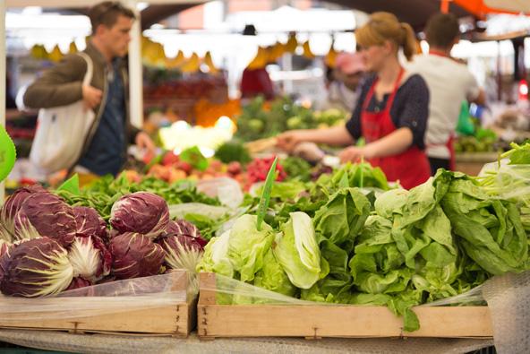 שוקי איכרים הם מקום מצוין להצטיידות בתוצרת טרייה ובמיני מאכלים טבעוניים