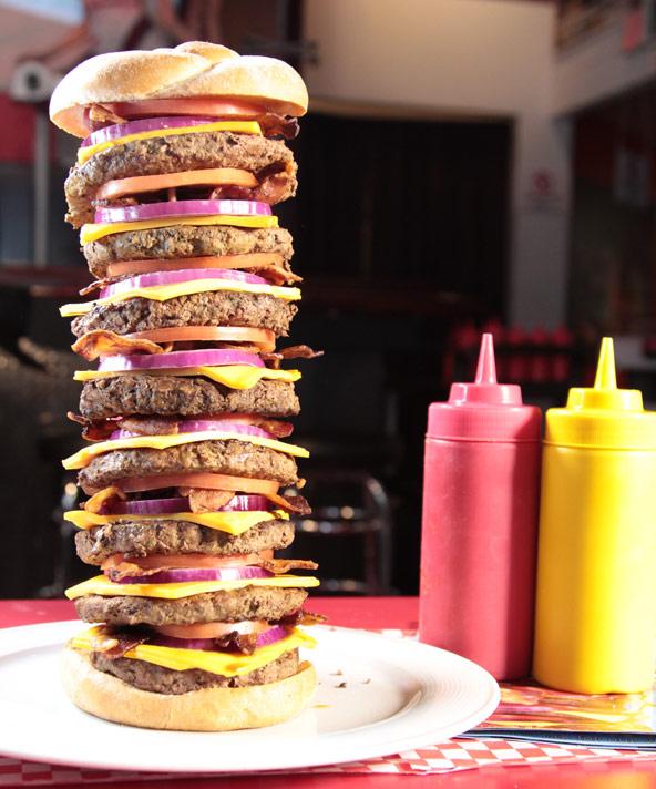 המבורגר ב-Heart Attack Grill. אם תסיימו הכל מהצלחת, תובלו בכיסא גלגלים בחזרה למכונית