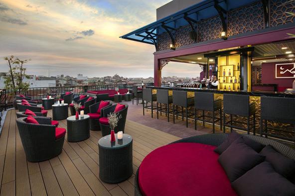 בר בקומה השישית של מלון MK Premier Boutique, עם נוף עירוני מקסים | צילום MK PREMIER BOUTIQUE HOTEL
