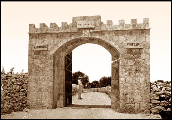 הקונסול הבריטי ג'יימס פין בכניסה לכרם אברהם בשנת 1852