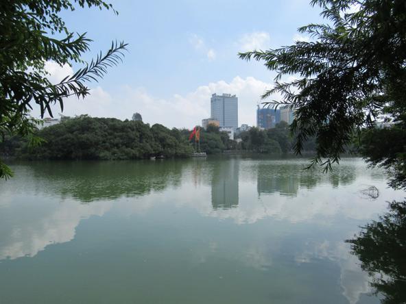 אגם הואן קיים. כמה נחמד שיש אגם באמצע העיר!