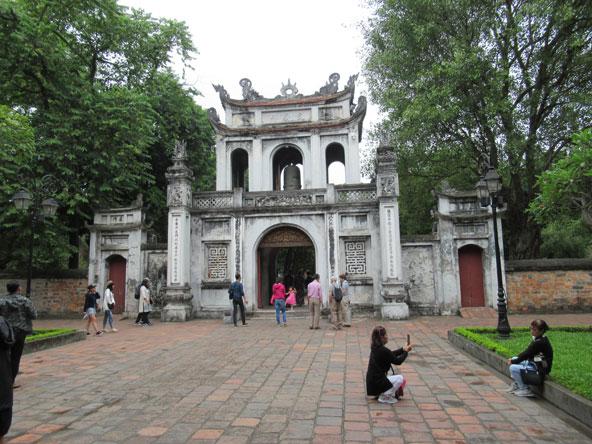 שער הכניסה למקדש הספרות, אחד מאתרי החובה של האנוי