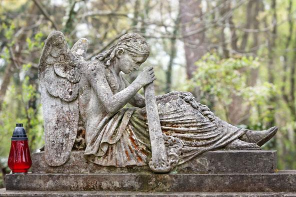 פסל מקסים בבית הקברות Lychakiv. קשה להאמין, אבל זהו מקום רומנטי להפליא