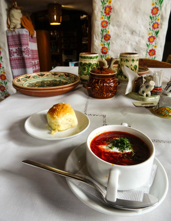 מרק בורשט במסעדה מסורתית מעלה זיכרונות מבית סבתא